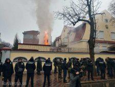Российские генконсульства в Харькове и Одессе атакованы радикалами
