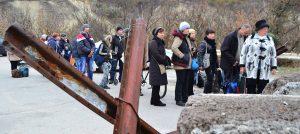 Свыше 300 авто скопились на КПП в Донбассе
