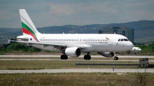 Окно самолета главы Минобороны Болгарии лопнуло в полёте