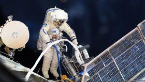 Космонавты РФ обследовали отверстия в корпусе «Союза» из космоса