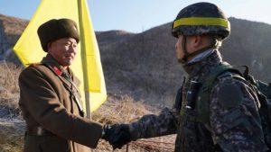 солдаты КНДР и Южной Кореи жмут руки