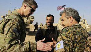 генерал сша приветствует курдского командира СДС в манбидже