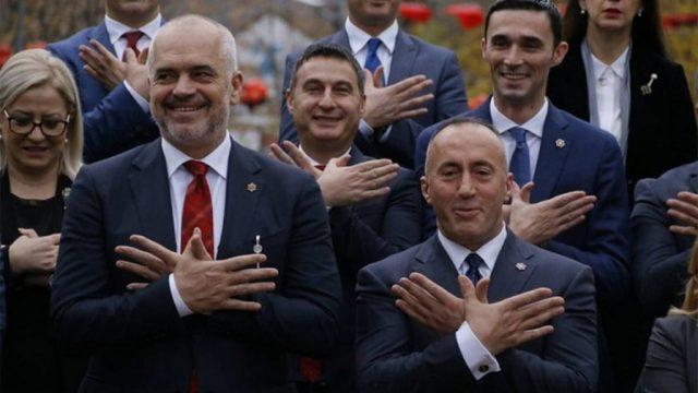 политики Албании и Косово демонстрируют символ «Великой Албании» - «албанского орла»