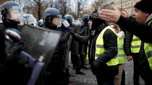 Желтые жилеты в десятый раз вышли с протестами на улицы Парижа и других городов