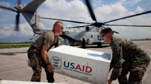 военные США доставляют гуманитарную помощь