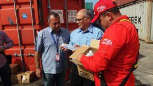 Министр здравоохранения Венесуэлы Карлос Альварадо принимает медицинские товары
