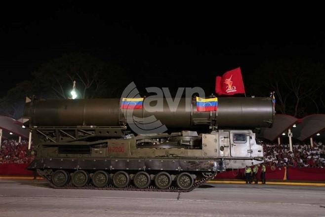 Пускозаряжающая установка 9А84М комплекса ЗРС С-300ВМ на параде в Каракасе