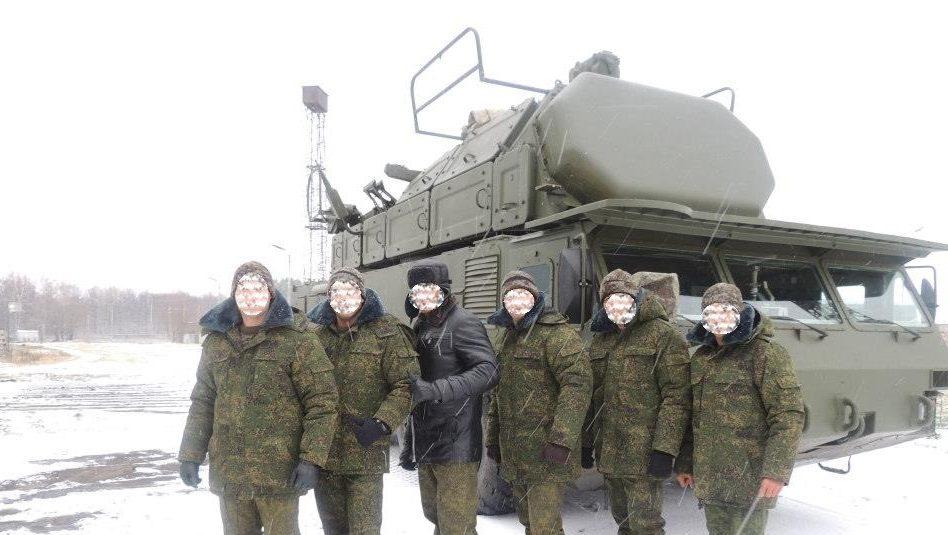 военнослужащие войск ПВО Венесуэлы в период обучения в России на фоне ЗРК «Бук-2МЭ»