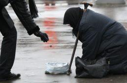 Непочетное лидерство: Латвия оказалась в тройке беднейших стран ЕС
