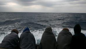 беженцы на дрейфующем в море судне