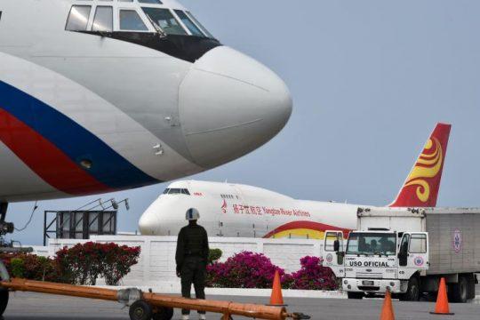 Российский самолет Ил-62М на фоне китайского грузового Боинг-747, 29 марта в международном аэропорту Каракаса, Венесуэла