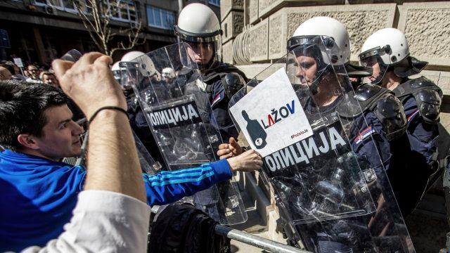 """протесты """"демократической"""" оппозиции в Сербии"""