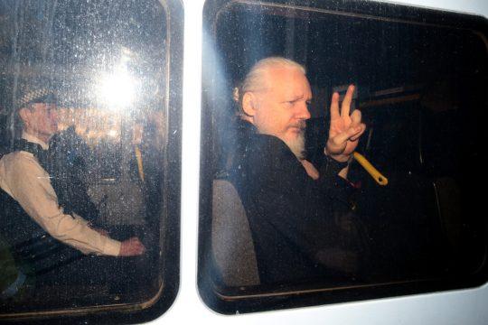 арестованный в Великобритании Джулиан Ассанж