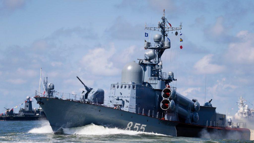 Эсминец ВМС США взят под контроль российскими кораблями