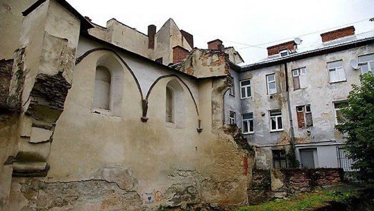 Во Львове разрисовали свастиками развалины синагоги