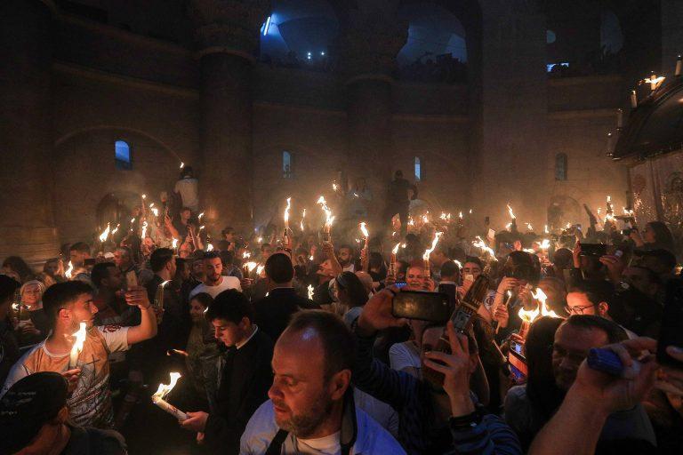 JERUSALEM, ISRAEL - APRIL 27, 2018: Believers during the miracle of the Holy Fire that happens annually in the Church of the Holy Sepulchre on the eve of Easter. Vladimir Smirnov/TASS  Èçðàèëü. Èåðóñàëèì. Âåðóþùèå â õðàìå Ãðîáà Ãîñïîäíÿ âî âðåìÿ ñõîæäåíèÿ Áëàãîäàòíîãî îãíÿ íàêàíóíå ïðàâîñëàâíîé Ïàñõè. Âëàäèìèð Ñìèðíîâ/ÒÀÑÑ