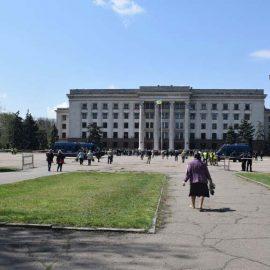 Тысячи людей отдают дань памяти жертвам трагедии 2 мая в Одессе
