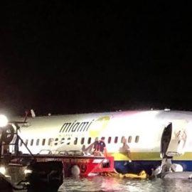 Во Флориде Boeing 737 съехал со взлетно-посадочной полосы в реку
