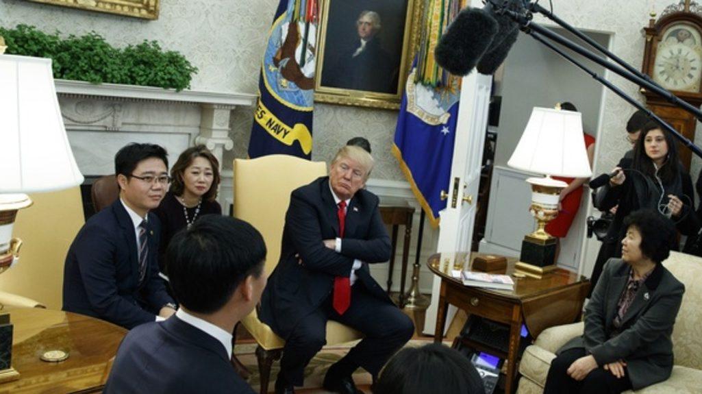 Президент США Дональд Трамп принял северокорейских перебежчиков в Овальном кабинете Белого дома