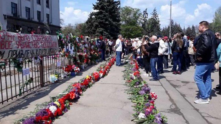 Националисты уничтожили памятные таблички жертвам пожара в одесском Доме профсоюзов