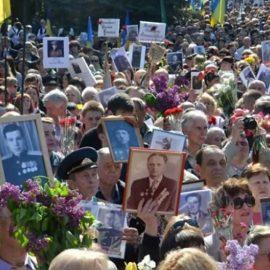 Тысячи людей приняли участие в праздновании Дня Победы в городах Украины
