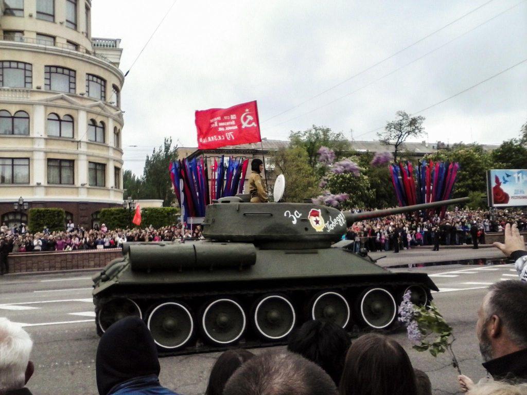 Донецк встретил День Победы парадом и шествием «Бессмертного полка»