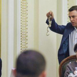 Тонкий намёк: Парубию в Раду принесли наручники