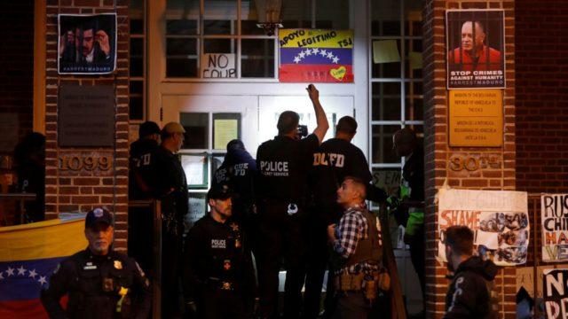 полиция США в посольстве Венесуэлы в Вашингтоне и активисты-сторонники Мадуро