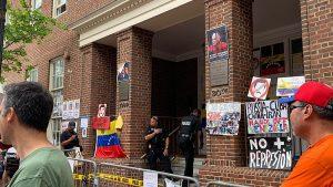 Венесуэла просит третье государство защитить своё посольство в США
