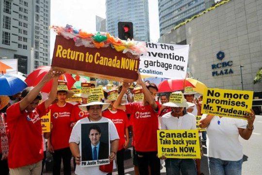 митинг с требованием, чтобы Канада забрала свой мусор