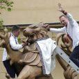 """По случаю состоявшегося в Украине """"Дня вышиванки"""" во многих городах страны прошли массовые мероприятия, приуроченные к этому величайшему празднику национальной идентичности. Не обошлось и без курьезов, так во Львове мэр города лично пытался напялить вышиванку даже на статую огромного льва."""
