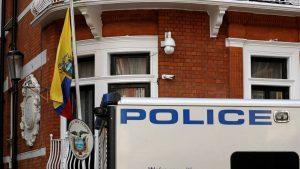британская полиция у посольства Эквадора в Лондоне