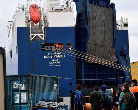 протестующие у саудовского судна в порту Генуи
