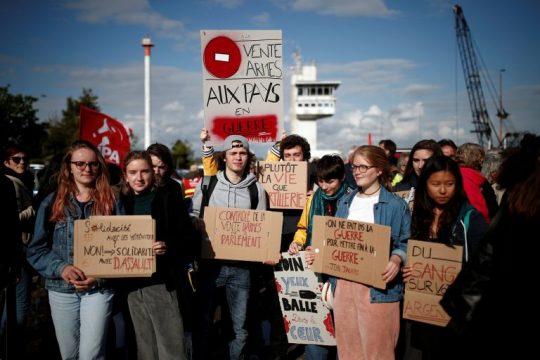 протест против погрузки французского оружия на саудовский корабль