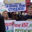 Сегодня в Одессе у здания управления Государственного казначейства прошла акция протеста, которую устроили сотрудники и учащиеся Медицинского института, лишенные заработных плат и стипендий на протяжении последних 6 месяцев.