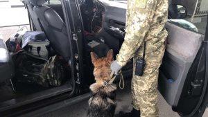 Харьковские пограничники пресекли попытку провезти в Россию через пункт пропуска «Гоптовка» более 50 банок со взрывчатым веществом.