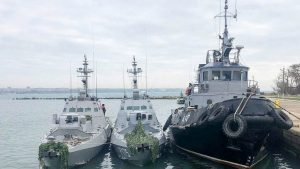 Международный трибунал ООН по морскому праву постановил, что России следует немедленно освободить 24 украинских моряков, задержанных во время нарушения государственной границы РФ в районе Керченского пролива осенью прошлого года, а также передать Украине три конфискованных судна, задержанных в ходе данного инцидента.