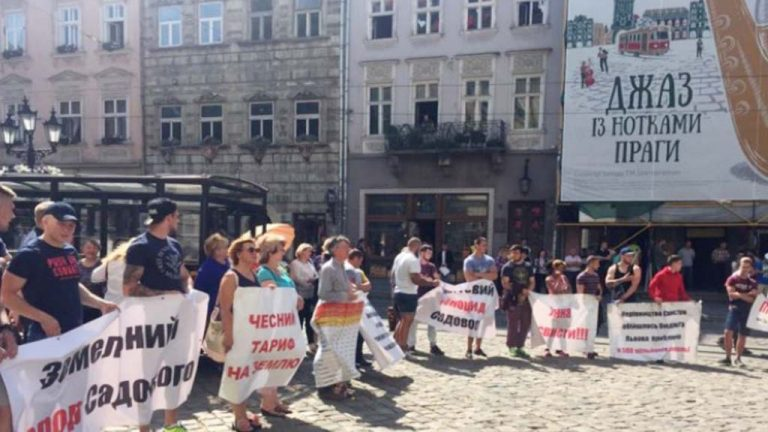 Жители Львова продолжают требовать отставки мэра города Андрея Садового