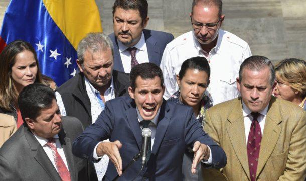оппозиционер Венесуэлы Хуан Гуайдо в окружении соратников