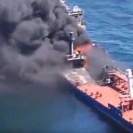 США опубликовали видео, на котором иранцы якобы снимают мину с атакованного вчера танкера