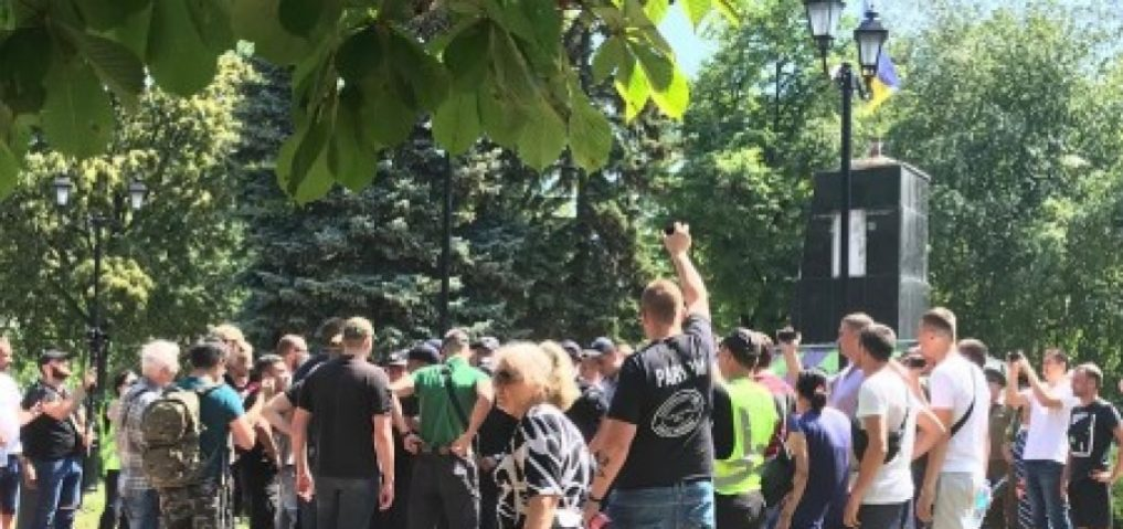 Радикалы Харькова напали на ветеранов с цветами к монументу Жукова