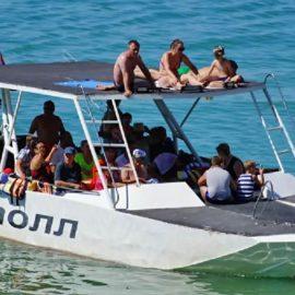 Два человека погибли в результате опрокидывания прогулочного катамарана в Черном море