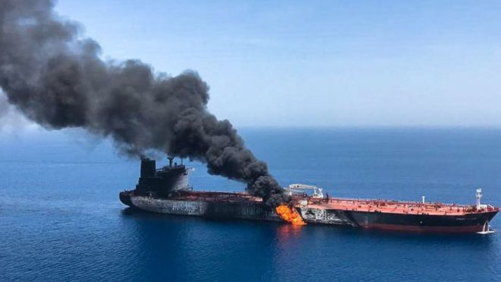 горящий в Оманском заливе танкер