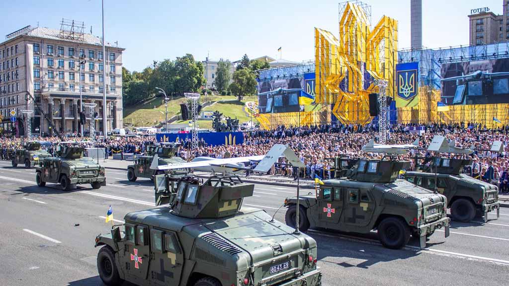 Президент Украины Владимир Зеленский отменил военный парад в честь Дня независимости Украины, вызвав шквал возмущения националистов и «порохоботов», обвинивших главу государства в «зраде».