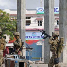В результате нападения террористов на отель в Сомали погибли 13 человек