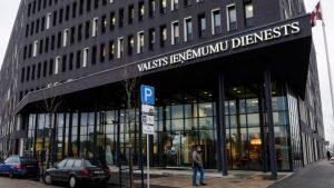 Без прав: Латвия взяла под тотальный контроль граждан и неграждан