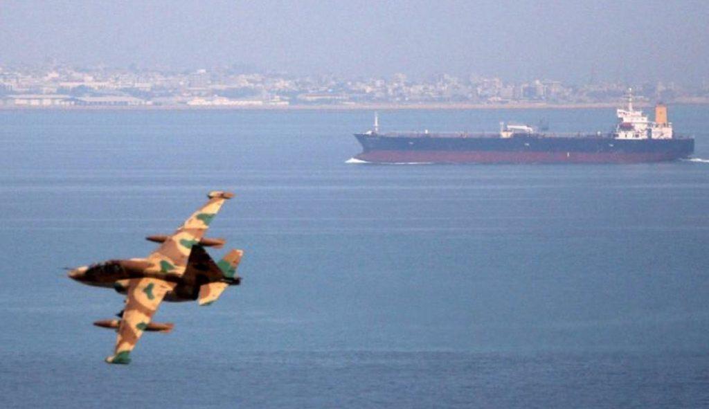 Иранский самолет наблюдает за танкером