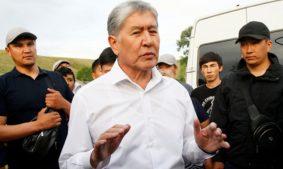 экс-президент Киргизии Алмазбек Абамбаев в окружении сторонников и охраны
