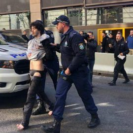 В центре Сиднея мужчина с мачете напал на прохожих — [видео]