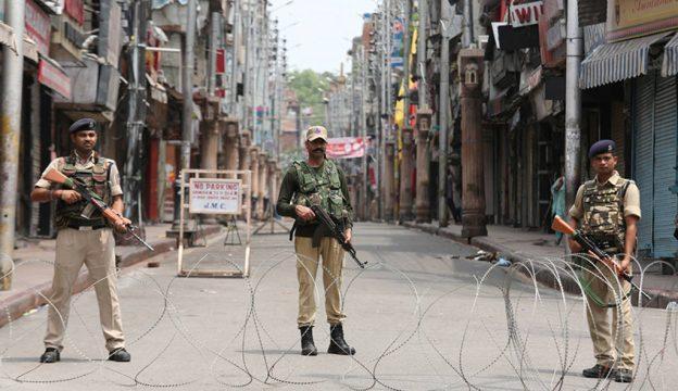 силы безопасности Индии на улице в Джамму и Кашмире